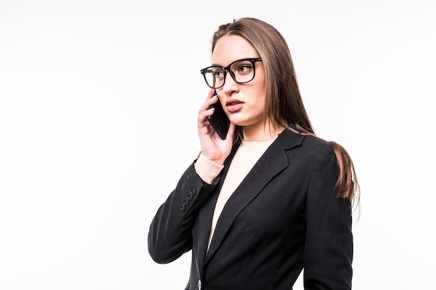 Geschäftsfrau spricht mit handy isoliert auf weiß