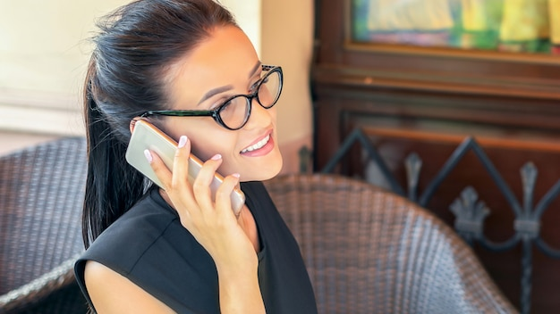 Geschäftsfrau spricht per smartphone