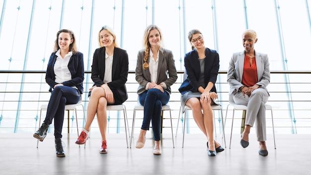 Geschäftsfrau-teamwork-zusammenberufskonzept