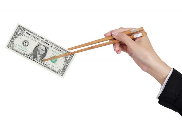 Geschäftsfrau übergibt das halten des dollargeldes durch essstäbchen