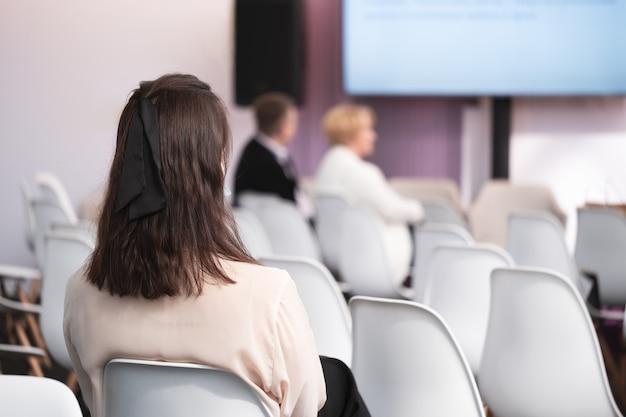 Geschäftsfrau und leute, die auf der konferenz hören. horizontales bild