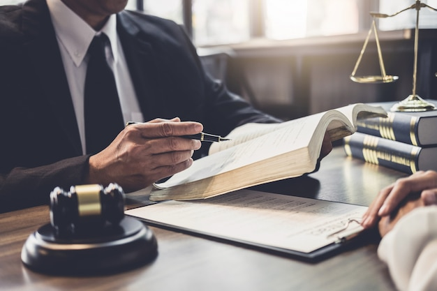 Geschäftsfrau und männlicher rechtsanwalt oder richter konsultieren, teamtreffen mit klienten habend