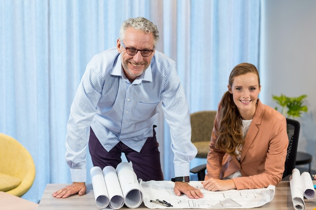 Geschäftsfrau und mitarbeiter diskutieren blaupause