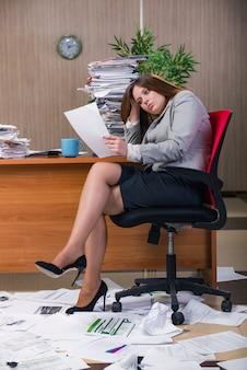 Geschäftsfrau unter dem druck, der im büro arbeitet