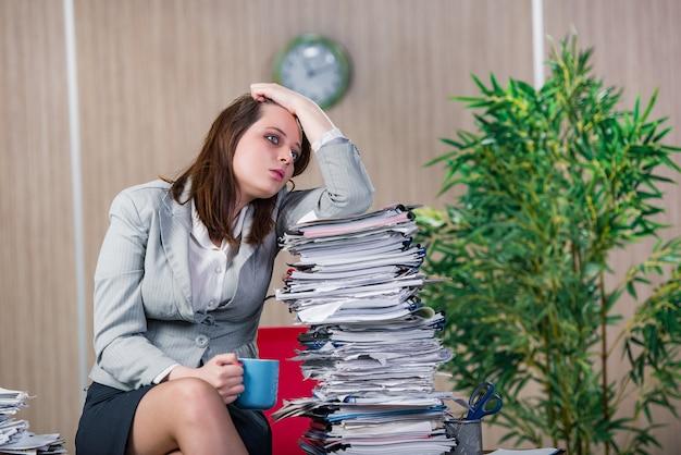 Geschäftsfrau unter stress im büro arbeiten