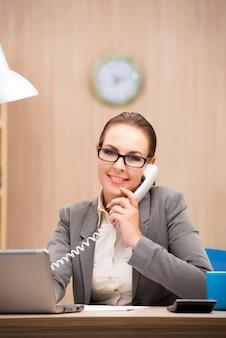 Geschäftsfrau unter stress von zu viel arbeit im büro