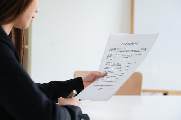 Geschäftsfrau unterzeichnen eine vertragsinvestitionsprofidokumentvereinbarung im besprechungsraum.