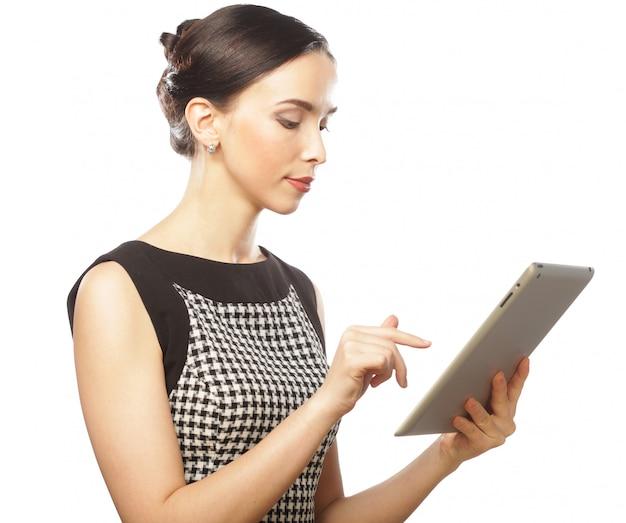 Geschäftsfrau verwendet einen mobilen tablet-computer mit touchscreen