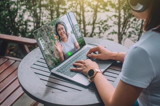 Geschäftsfrau-videokonferenz über computer-online-technologie