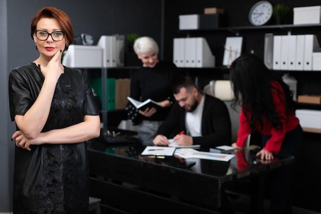 Geschäftsfrau von den büroangestellten, die projekt besprechen