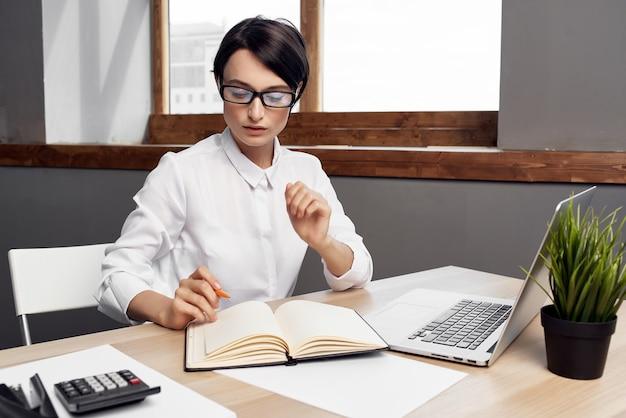 Geschäftsfrau vor der professionellen arbeitstechnologiekommunikation des laptops