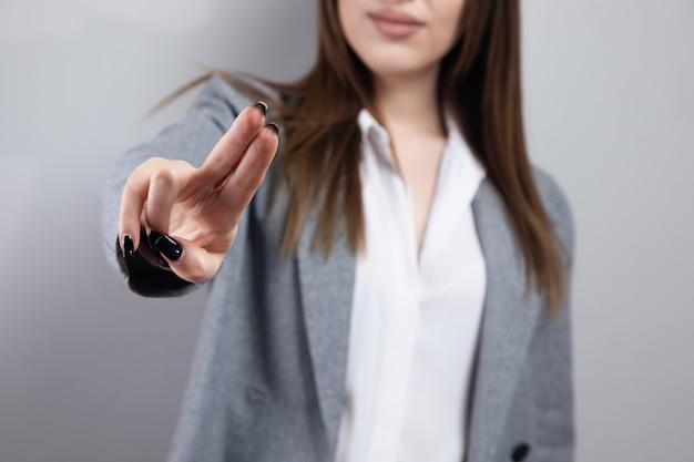 Geschäftsfrau vor visuellem touchscreen.