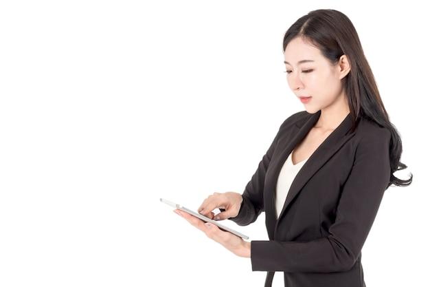 Geschäftsfrau, welche die tablette lokalisiert auf weißem hintergrund verwendet