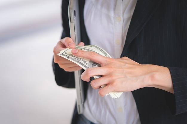 Geschäftsfrau zählt geld auszahlen in ihrer hand