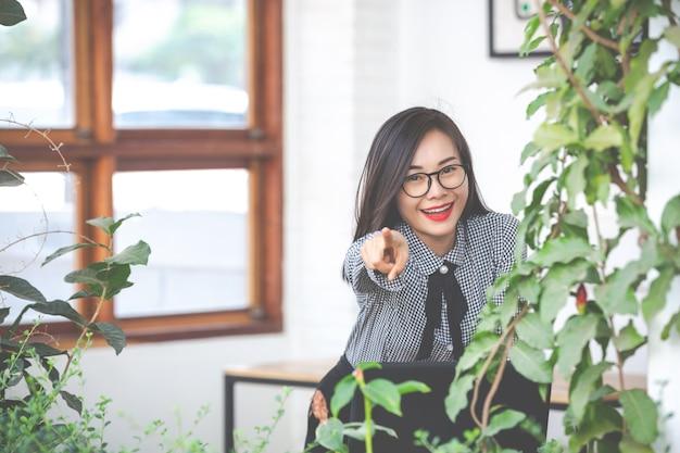 Geschäftsfrau zeigt ja-geste im café
