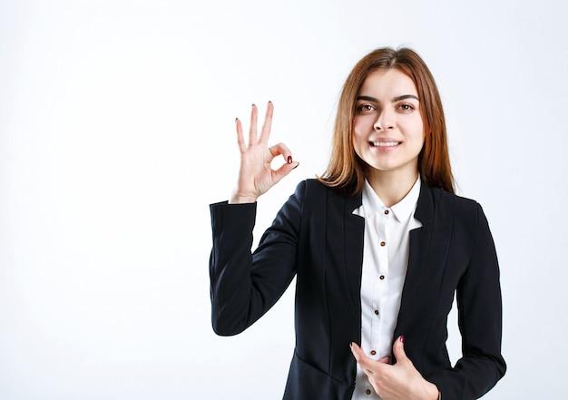 Geschäftsfrau zeigt okayzeichen