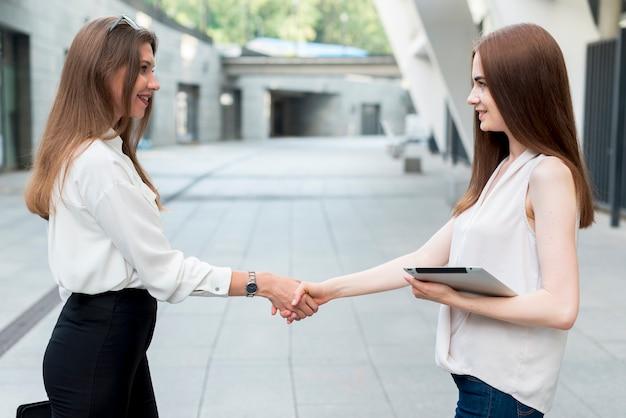 Geschäftsfrau zusammen an der straße