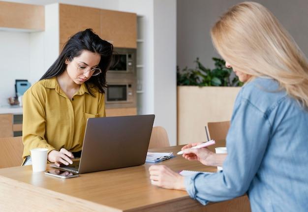 Geschäftsfrauen arbeiten an ihrem schreibtisch