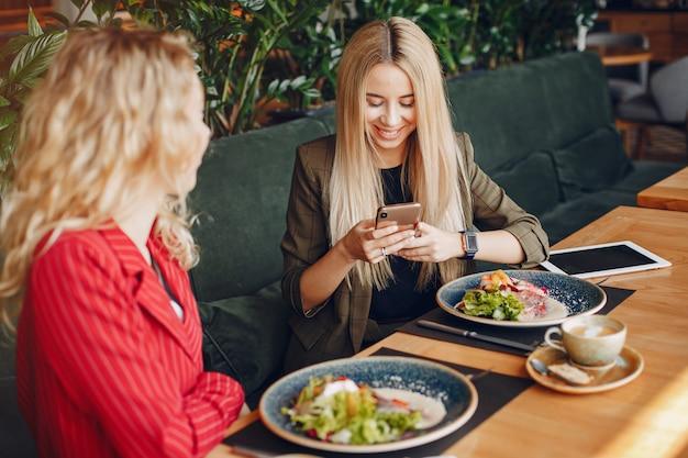 Geschäftsfrauen arbeiten zusammen