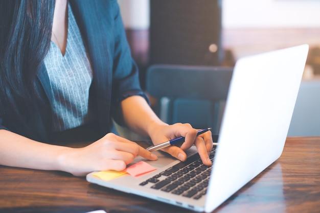 Geschäftsfrauen benutzen einen laptop-computer im büro.