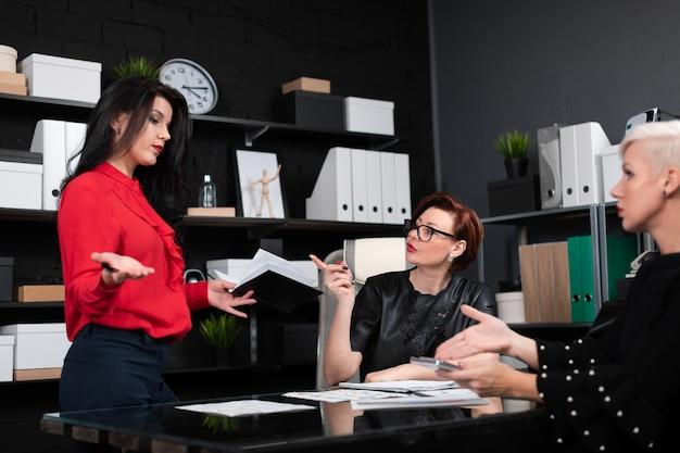 Geschäftsfrauen besprechen finanzdokumente am schreibtisch im büro