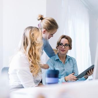 Geschäftsfrauen, die diskussion im büro haben