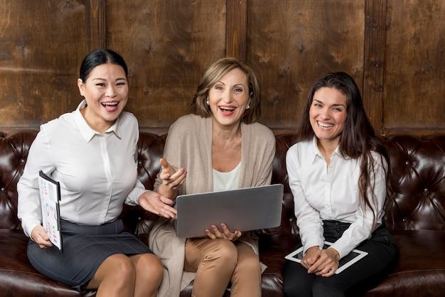 Geschäftsfrauen, die ein gutes lachen haben