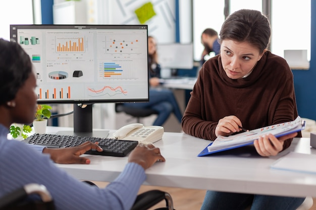 Geschäftsfrauen, die eine finanzstrategie planen und am computer arbeiten, arbeiten im büro des start-up-unternehmens zusammen