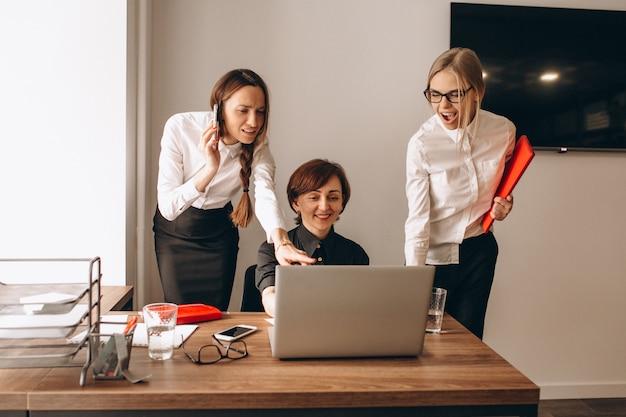 Geschäftsfrauen, die im büro arbeiten