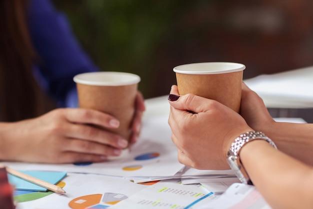 Geschäftsfrauen, die in einer pause kaffee trinken