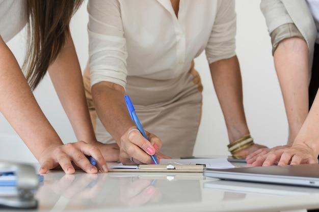 Geschäftsfrauen, die zusammen an einer projektnahaufnahme arbeiten