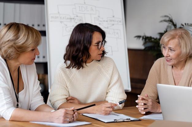 Geschäftsfrauen diskutieren am tisch