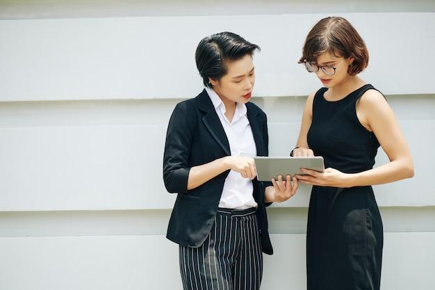 Geschäftsfrauen diskutieren wichtigen artikel