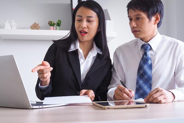 Geschäftsfrauen führen arbeitsanweisungen ein, die geschäftsvorhaben für kunden im unternehmen beraten. thema talking ist die analyse von finanzdaten und investitionen.