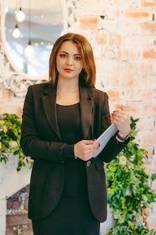 Geschäftsfrauen im anzug mit tablette in den händen