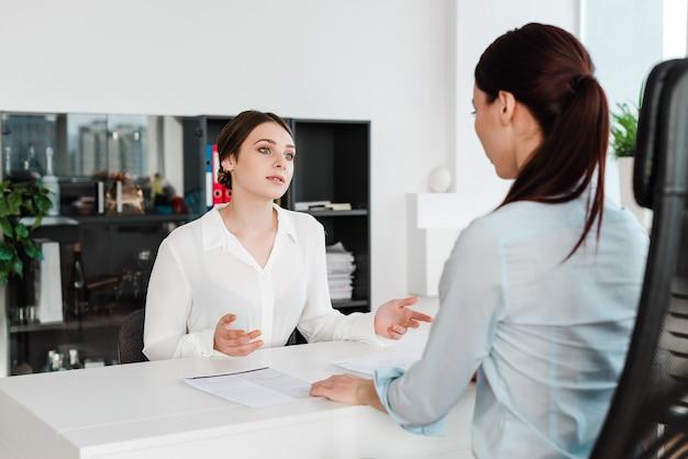 Geschäftsfrauen im büro, das an einem geschäft der firma arbeitet