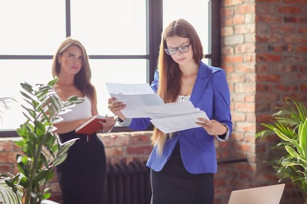 Geschäftsfrauen in einer besprechung im büro