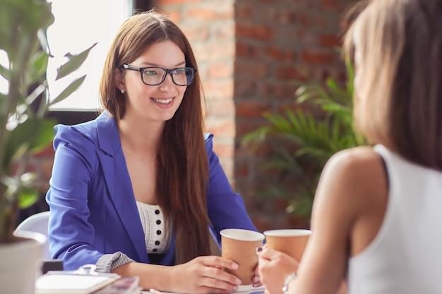 Geschäftsfrauen in einer besprechung