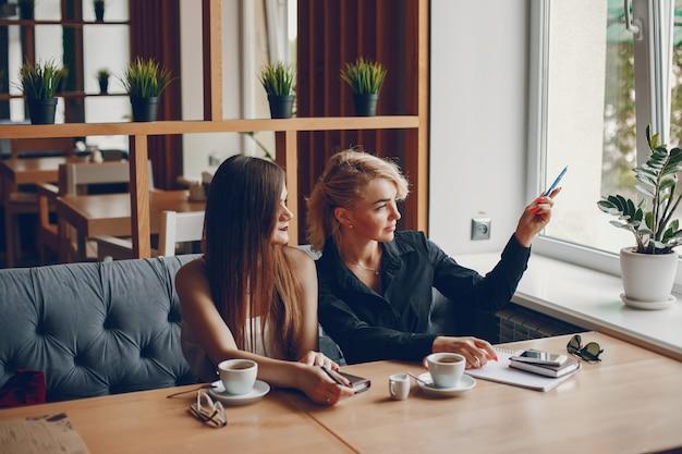 Geschäftsfrauen in einer caffe