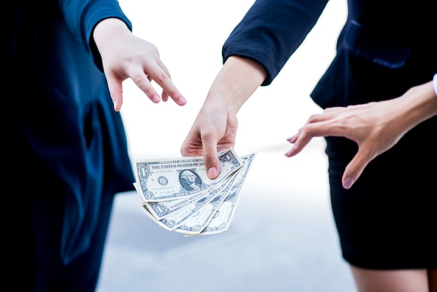 Geschäftsfrauen kämpfen um geld. business-wettbewerbskonzept.
