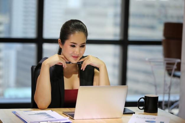 Geschäftsfrauen konzentrieren sich auf das projekt vor dem computer