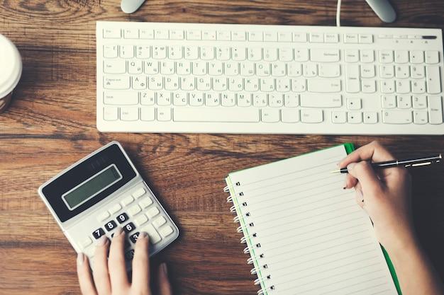 Geschäftsfrauen mit computer und taschenrechner