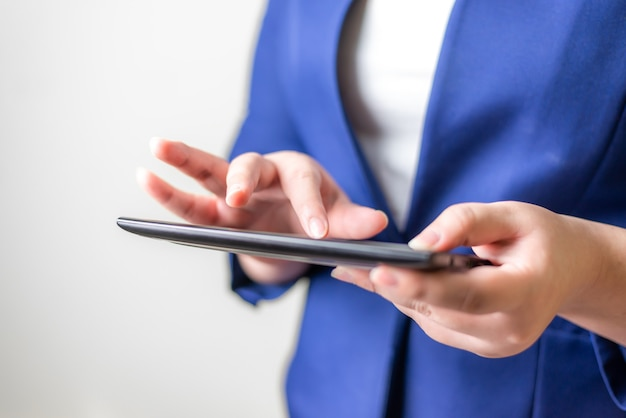 Geschäftsfrauen mit laptop auf unscharfem hintergrund, verbindungsnetzwerkkonzept für technologieleute