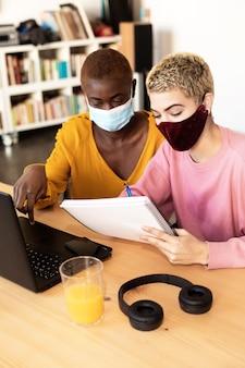 Geschäftsfrauen mit schutzmaske mit laptop