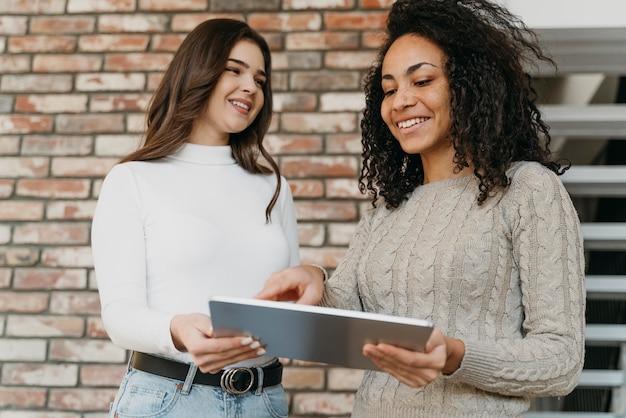Geschäftsfrauen mit tablette bei der arbeit