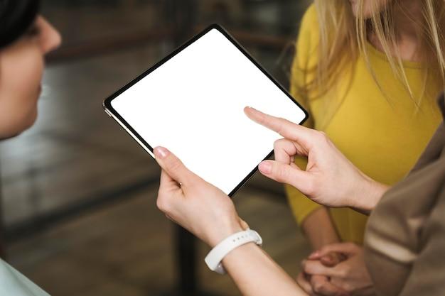 Geschäftsfrauen mit tablette während eines treffens