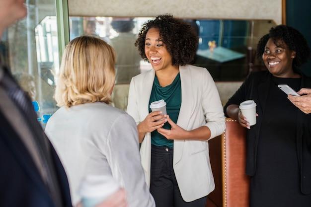 Geschäftsfrauen miteinander zu reden