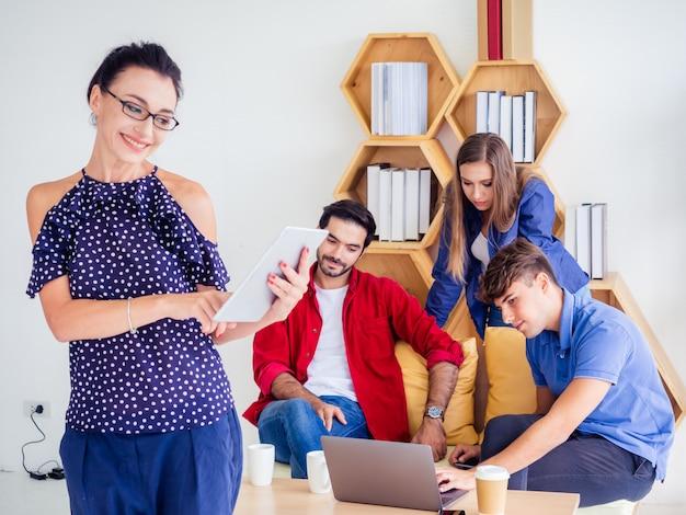 Geschäftsfrauen stehen und werfen bei der arbeit, geschäftstreffen im wohnzimmer auf