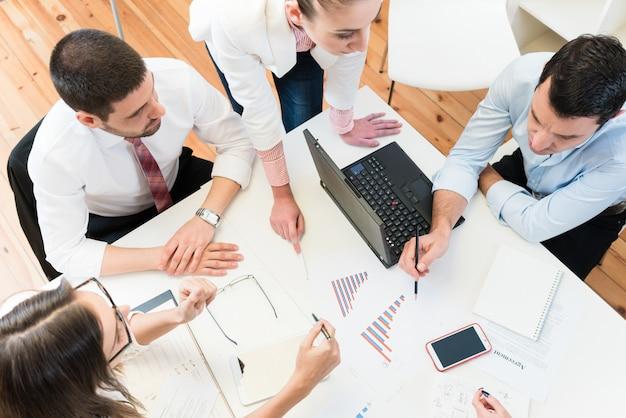 Geschäftsfrauen und männer beim treffen von ideen