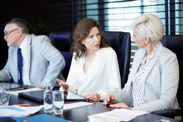 Geschäftsfrauen unterhalten sich bei der arbeit